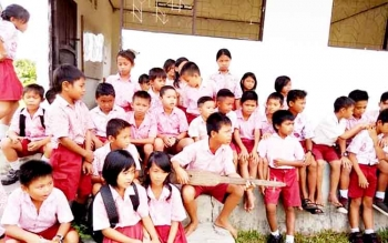 Murid SD di salah satu sekolah pinggir Kota Palangka Raya mengisi waktu istirahat dengan bermain alat musik tradisional.