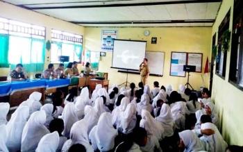 Wakil Bupati Katingan yang juga Ketua BNK Sakariyas saat memberikan penyuluhan narkoba di SMP Negeri 2 Katingan Hilir, Selasa (21/2/2017).