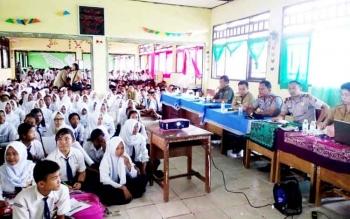 Kapolsek Katingan Hilir Iptu Nurheriyanto (dua dari kanan) saat memberikan penyuluhan di SMP Negeri 2 Katingan Hilir bersama Ketua BNK dan Dinas PPAPKB, Selasa (21/2/2017)