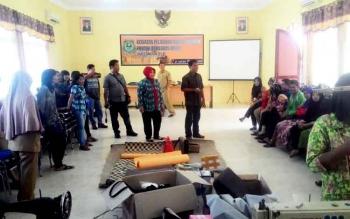 Pelatihan kerajinan rotan bagi 40 IKM di Aula Perindagkop UKM Kebupaten Kapuas, Selasa(21/2/2017).