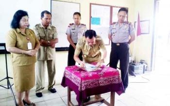 Wakil Bupati Sakariyas yang juga Ketua BNK saat menandatangani perjanjian tentang pencegahan dan bahaya narkoba di lingkungan sekolah di SMP Negeri 2 Katingan Hilir, Selasa (21/2/2017).