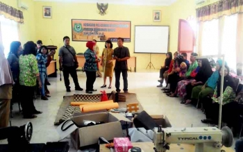 Pelatihan pengolahan rotan menjadi kerajinan bernilai ekonomis, yang digelar Dinas Perindagkop dan UMKM Kapuas.