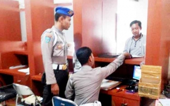Anggota Propam mengawasi pelayanan internal di kantor Samsat Buntok.