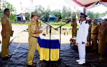 Bupati Kapuas Ben Brahim S Bahat saat melantik penjabat Kades Basungkai.