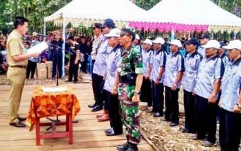 Bupati Barito Utara (Barut) Nadalsyah saat melantik pengurus KONI Kecamatan Montallat periode 2016-2029