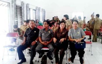 Anggota DPRD Kabupaten Gunung Mas, Rodie A Dohong, Herbert Y Asin, Lily Rusnikasi, dan Nomi Aprilia saat menghadiri musrenbang di Kecamatan Sepang, Senin (20/2/2017).
