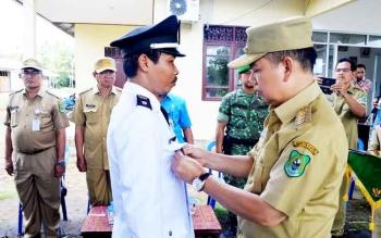 Bupati Kapuas Ben Brahim S Bahat menyematkan tanda jabatan kepada penjabat Kades Basungkai Abdul Rohim.