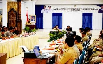 Rapat kerja (Raker) pemerintahan dan pembangunan sekaligus penandatanganan dokumen perjanjian kinerja tingkat SKPD lingkungan Pemkab Barut tahun 2017 yang digelar di gedung Balai Antang Muara Teweh, Selasa (21/2/2017).