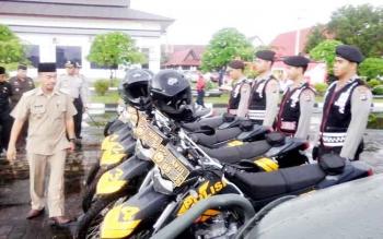 Wakil Bupati Seruyan Yulhaidir mengecek kendaraan petugas yang akan digunakan untuk operasional penanggulangan karhutla, Selasa (21/2/2017).