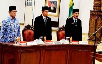 Bupati Barito Utara Nadalsyah didampingi Wakil Bupati Ompie Herby dan Wakil Ketua II DPRD Acep Tion saat memimpin rapat kerja, beberapa waktu lalu.