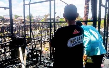 Salah seorang korban kebakaran di Jalan Kalimantan, Selasa (21/2/2017) dini hari hanya mampu memandang lemah seluruh harta bendanya yang hangus dilalap si jago merah dalam waktu singkat.