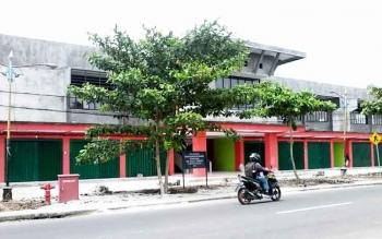 Bangunan blok Pasar Kasongan di Jalan Revolusi tampak megah.