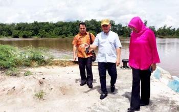 Gubernur Sugianto meninjau Pelabuhan Bukit Pinang bersama Kepala KSOP Pulpis dan pejabat Dishub Kalteng. Ia minta kelengkapan infrastruktur pendukung pelabuhan segera dirampungkan agar operasional