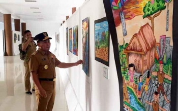Gubernur Kalteng Sugianto Sabran saat melihat karya seni yang dipajang di taman budaya, saat mengunjungi aset daerah tersebut, Selasa (21/2/2017) sore.