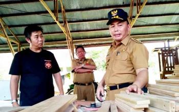 Gubernur saat meninjau tenaga kerja bidang perkayuan dalam kunjungan mendadaknya di area Taman Budaya Kalteng Jalan Temanggung Tilung, Selasa (21/2/2017) sore.