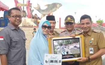 Bupati Kotim Supian Hadi bersama wabup M Taufiq Mukri dan Kapolres Kotim AKBP Hendra Wirawan, saat menyerahkan hadiah kepada juara I Lomba Foto Selfie.