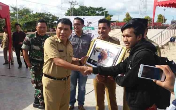 Kepala Dinas Kebudayaan dan Pariwisata Kotim, Fajrurrahman menyerahkan hadiah kepada pemenang lomba foto selfie.
