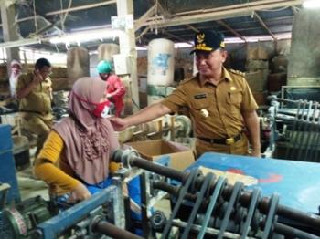 Gubernur Sugianto Sabran meninjau pembuatan sumpit di kawasan Temanggung Tilung, Palangka Raya, Selasa (21/2/2017).