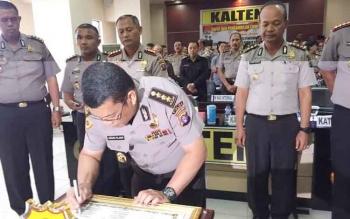 Kepala Biro SDM Polda Kalteng, Kombes Pol Agus Fajar melakukan penandatangan sumpah panitia penerimaan anggota Polri 2017, Selasa (21/2/2017).