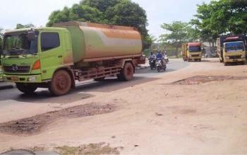 Angkutan berat masih melintas masuk Kota Sampit. Pengaturan mengenai pengalihan rute dan beban angkutan akan percuma tanpa dibarengi pengawasan ketat.