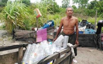 Kai Hamid yang berusia 74 tahun dan tidak bisa melihat masih bekerja memulung bersama sang istri.