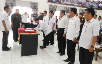 Bupati Gunung Mas, Arton S Dohong menyaksikan penandatanganan pakta integritas, Rabu (22/2/2017)