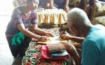 Retno (kiri) titisan Nyi Roro Kidul saat memberikan uang untuk biaya pernikahan kepada Damang Kepala Adat Kecamatan Katingan Tengah, Isay Djuadae