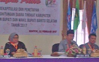 Ketua KPU Barito Selatan Hadisurais memimpin rapat rekapitulasi suara hasil pemilihan bupati dan wakil bupati, Rabu (22/2/2017).
