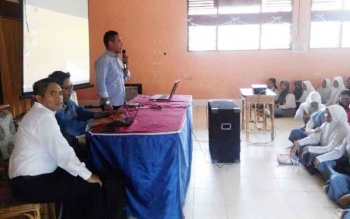 Ketua Ika Hipma Mura, Lukmanul Hakim saat menyampaikan arahan kepada siswa SMAN 1 Murung, Rabu (22/2/2017)