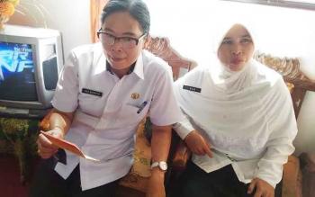 Kepala SMPN 1 Kurun, Kabupaten Gunung Mas, Ina Marita dan guru SMPN 1 Kurun Idah memperlihatkan buku rekening tunjangan sertifikasi, Rabu (22/2/2017).