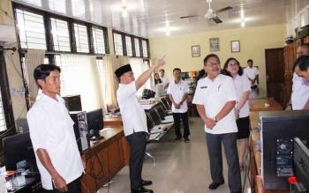 Sekretaris Dinas Pendidikan Kalteng Gazali Rahman mendampingi Gubernur Sugianto yang melakukan sidak di Disdik Provinsi, beberapa waktu lalu.