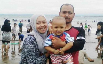Mantan pelaksana tugas Kepala Dusun Ngenthak, Desa Sumber, Kecamatan Dukun Kabupaten Magelang ini tampak sedang berpose dengan anak dan isterinya di sebuah pantai. Foto ini diambil dari laman-profil whatsapp yang bersangkutan.