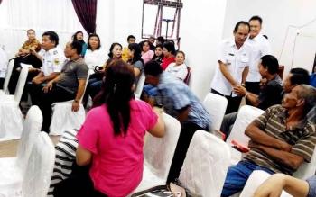 Bupati Gunung Mas Arton S Dohong bersalaman dengan pedagang Pasar Baru dan eks pedagang buah di Taman Kota Kuala Kurun sebelum pertemuan di ruang rapat lantai I kantor Bupati, Rabu (22/2/2017) siang.