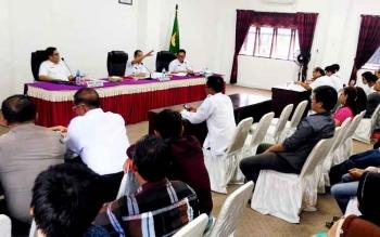 Bupati Gunung Mas Arton S Dohong dan Wakil Bupati Rony Karlos serta Kepala Disperindagkop saat Rapat dengan pedagang Pasar Baru, Rabu (22/2/2017).