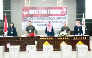 Ketua KPU Kobar, Siti Wahidah (tengah) saat rapat pleno terbuka di kantor Bappeda Kobar, Rabu (22/2/2017). Rapat tersebut berjalan lancar dan perolehan suara lima paslon disepakati bersama.