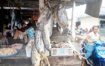 Ikan asin telang dijajakan pedagang di Pasar Pegatan, Kecamatan Katingan Kuala. Ikan telang ini di Pagatan dijual murah.