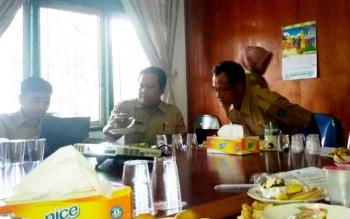 Disnakertrans Sukamara saat mebahas usulan Raperda IMTA di ruang rapat Setda Sukamara.