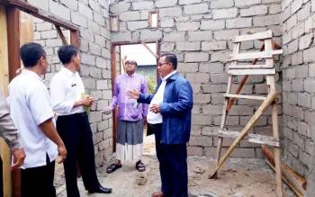 Camat Sukamara, Jainudin meninjau perumahan di Desa Pudu Kecamatan Sukamara.