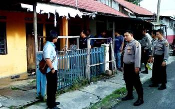 Aparat kepolisian mendatangi barak tempat tinggal Bella Septia yang meninggal mendadak, Rabu (22/2/2017).