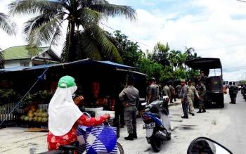 Anggota Satpol PP menertibkan padagang kaki lima yang beroperasi di Jalan Tjilik Riwut, Palangka Raya, Rabu (22/2/2017).