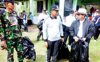 Bupati Seruyan Sudarsono (kanan topi putih) memunguti sampah dilokasi pantai sungai Bakau, Rabu (22/2/2017).