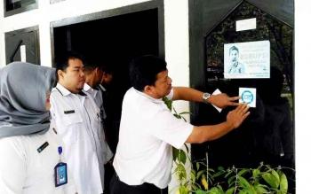STIKER - Sekretaris Dinas PUPR memasang stiker anti narkoba di kantornya sebagai wujud dukungan pemberantasan narkoba