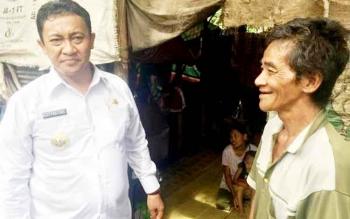 Bupati Pulang Pisau Edy Pratowo mengunjungi warganya yang masih pra sejahtera. 2017 ini kata Bupati akan terus menurunkan angka kemiskinan di bumi handep hapakat.