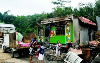 Penghuni Lokalisasi Merong, Kabupaten Barito Utara, mencari barang yang mungkin selamat saat musibah kebakaran pada Rabu (22/2/2017) dini hari.