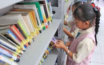 Dua murid SD di Sampit saat memilih buku di Dinas Perpustakaan dan Kearsipan Kotim.