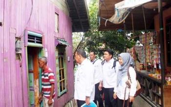Kabid Perumahan Rakyat Dinas PRKPP Kabupaten Barito Utara Hasan Basri bersama jajarannya saat mendata rumah warga tidak layak huni di RT 1, Kelurahan Lanjas, Kecamatan Teweh Tengah, Rabu (22/2/2017).