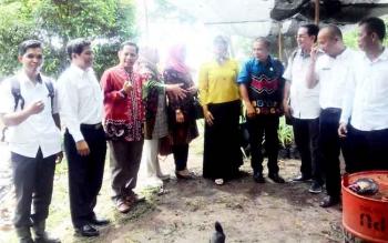 Rombongan DPRD Kota Baru dipimpiun ketuanya, Afisah (baju kuning) saat mengunjungi TPA Kabupaten Kapuas, Rabu (22/2/2017).