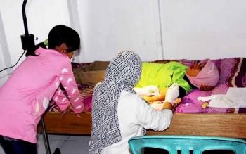 Aktifitas bidan di salah satu desa yang ada di Kabupaten Pulang Pisau. Dinkes berharap Pemkab Pulang Pisau membangun tempat bidan bertugas di daerah pelosok.