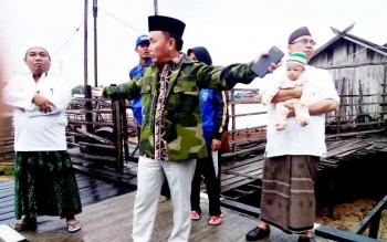 Gubernur Sugianto saat meninjau lokasi kebakaran di Gang Mandau, Jalan Kalimantan, Palangka Raya, Rabu (22/2/2017).