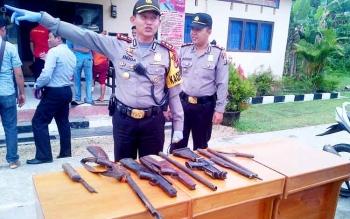Kapolres Barsel, AKBP Yussak Angga (kiri) didampingi Kapolsek Dusel AKP Budiono menunjukan barbuk Senpi rakitan